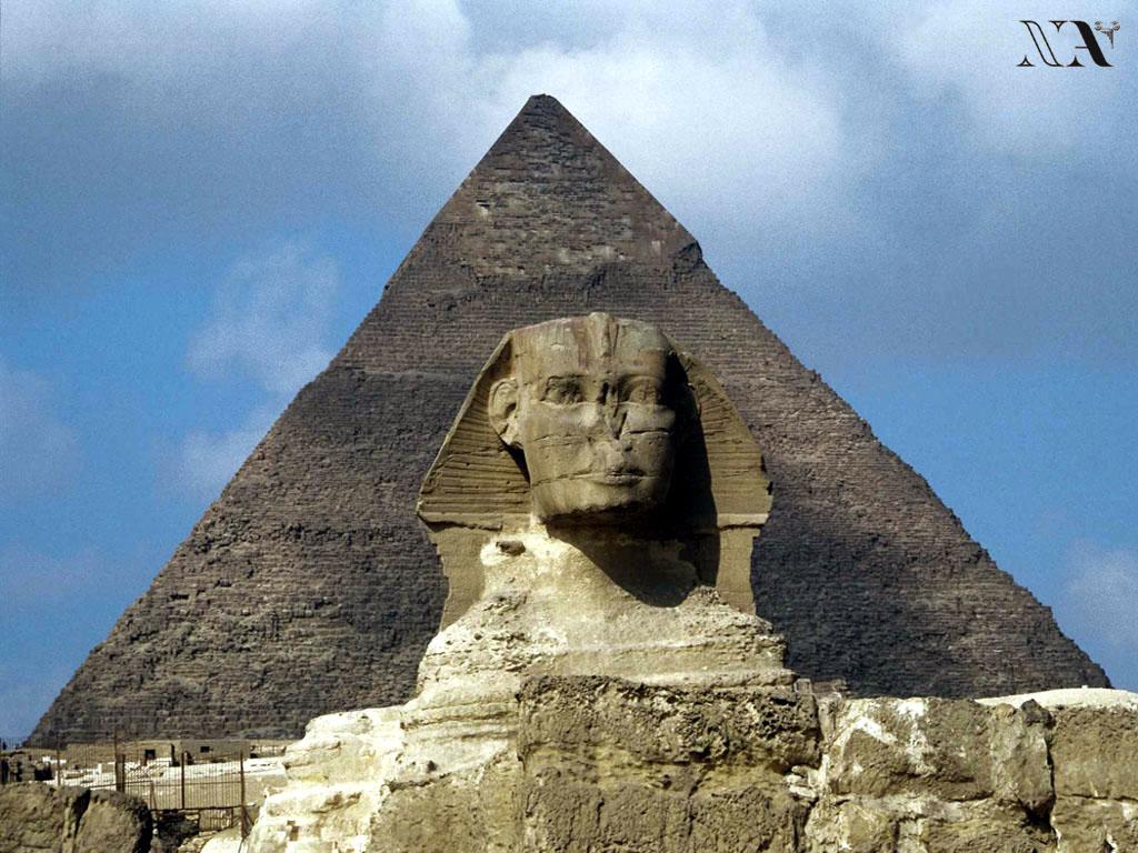 La esfinge de Gizeh con la pirámide al fondo.